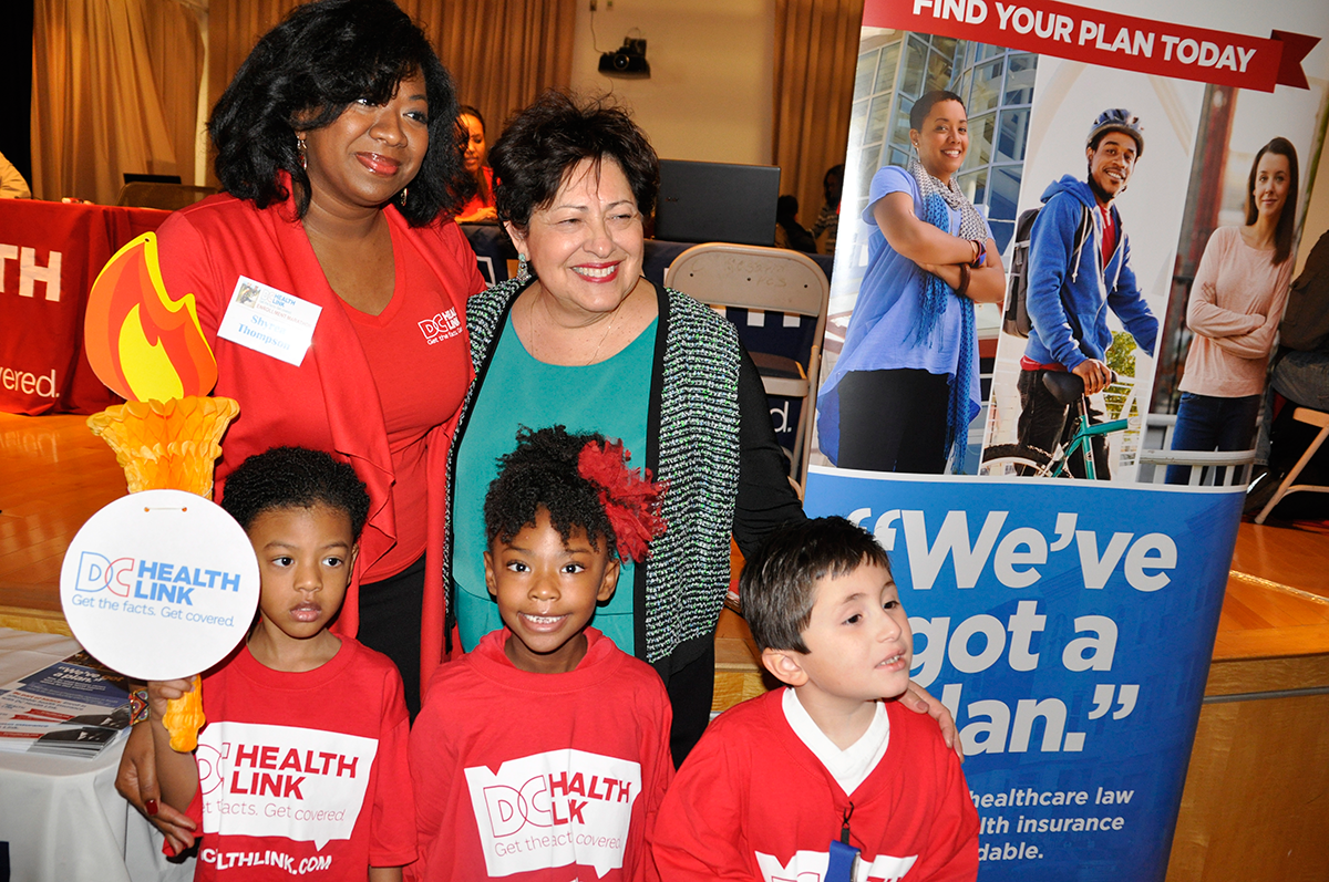 Director Archuleta meets children and organizers at a DC Health Link event